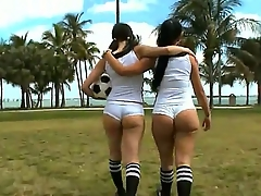 Amateur girls Sophia and Summer Bailey gain in value in revealing their hot big asses to the cam